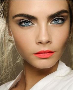 Come-truccare-gli-occhi-azzurri-470x585